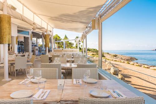Khách được cho là say rượu sau khi dùng xong tráng miệng. Sa Punta là một trong những nhà hàng ăn cao cấp, nằm ở điểm xa nhất vịnh Talamanca, cách thị trấn Ibiza, năm phút. Trên trang web, nơi đây nhận mình là nhà hàng Ibiza độc đáo, nơi người dân và nhiều khách du lịch có bữa ăn tối tuyệt vời và thư giãn trong một khung cảnh tuyệt vời.