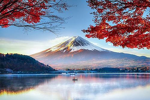 Ngoài ra nếu các bạn thích cảm giác phiêu lưu và khám phá, ngoài việc ngắm cảnh núi Phú Sĩ vào thu có thể chọn việc leo núi Phú Sĩ và ngắm cảnh bình minh trên đỉnh núi Phú Sĩ được nhiều tín đồ du lịch yêu thích.