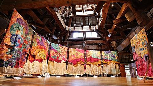 Bảo tàng nghệ thuật Itchiku Kubota là nơi trưng bày các tác phẩm nhuộm thủ công của nghệ nhân Itchiku Kubota. Ônglà người phục hưng kỹ thuật nhuộm tsujigahana đã thất truyền từ lâu.Ngoài ra bạn còn có thể tham quan nơi triển lãm hạt xâu thủy tinh, cửa hàng bảo tàng, trà thất, hoặc khu vườn truyền thống Nhật Bản có thiết kế hài hòa giữa tự nhiên và bàn tay con người.