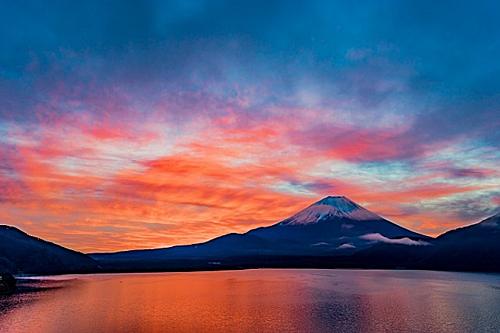Hồ Motosuko nằm ở phía Tây núi Phú Sĩlà hồ nước sâu và trong nhất trong 5 hồ tại khu vực Fujigoko. Bờ hồ phía Bắc cũng là nơi thích hợp đểdu khách có thể thư giãnvà chiêm ngưỡngnúi Phú Sĩ hùng vĩ phủtuyết trắng xóa in bóng trên mặt nước phẳng lặng. Ngoài ra khi đến hồ Motosuko du khách có thểchèo thuyền Kayak.Ảnh: Zekkei Japan.
