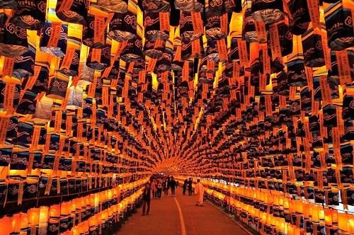 Tham dự lễ hộiJinju Namgang Yudeung, lễ hội bắt nguồn từ năm 1592 bắt đầu từ thói quen dùng đèn lồng để chiếu sáng trong trận chiến pháo đài Jinjuseong. Lễ hội diễn ra ở tỉnh Gyeongsangnam một tỉnh ở phía Đông Nam Hàn Quốc bắt đầu từ ngày 1 tháng 10 kéo dài tới hết ngày 13 tháng 10 (năm 2019).
