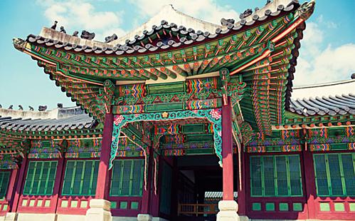 Thăm cung điện Changdeokgung hay còn gọi là Xương Đức Cung. Đây là một trong năm cung điện lớn nhất ở Hàn Quốc được xây vào năm 1395 sau cung điện Gyeongbokgung.Điểm đặc biệt của cung điện là có nhiều gian cung điện hơn bất cứ cung điện nào vào thời Joseon của Hàn Quốc. Ngoài dạo bộ và tham quan kiến trúc của cung điện thì việc mang một bộ đồ Hanbok và chụp hình để lưu lại những kỷ niệm đẹp mùa thu sẽ là 1 trải nghiệm không thể bỏ qua với các nữ du khách. Ảnh: Atraveldiary.