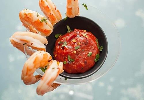 Thưởng thức món tôm Jumbo là trải nghiệm không thể bỏ qua khi đến Hàn Quốc vào mùa thu. Tôm Jumbo được bắt trên biển sẽ có thịt dai hơn, vỏ dày hơn và vị mặn đặc trưng. Việc đánh bắt tôm Jumbo không hề dễ dàng vì chúng chết khá nhanh sau khi lên bờ.Chính vì vị mặn đặc trưng của tôm nên khi ăn thực khách không cần ăn kèm nước chấm. Tôm Jumbo có thể chế biến theo kiểu luộc, hấp, hoặc chiên. Đểthưởng thức trọn vẹn hương vị của tôm người tathường đun nóng một nồi lớn, rắc muốinguyên hạt và luộc tômkhoảng 10 phút cho đến khi chúng chuyển sang màu đỏ. Ảnh:Machismo.