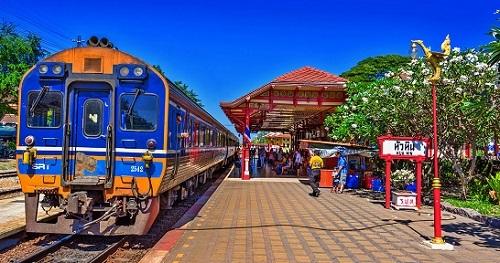 Trạm ga tàu Hua Hin được xây dựng vào năm 1921 dưới thời vua Rama VI được dùng làm cầu nối giao thông từ thủ đô Bangkok xuống các tỉnh phía Nam. Trước đây khi vẫn chưa có đường bộ vào thị trấn thì xe lửa là phương tiện duy nhất để hành khách có thể đến Hua Hin. Điểm nổi bật của trạm ga tàu là màu sắc nổi bật từ mái ngói đến các cột bằng gỗ sơn đỏ. Đây cũng là một trong những địa điểm chụp hình được giới trẻ yêu thích. Ảnh:Bangkok