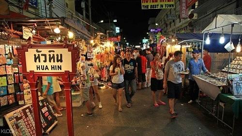 Chợ đêm Hua Hin nằm trong trung tâm thành phố,giữa đường Petchkasem và đường xe lửa. Chợbắt đầu nhộn nhịp từ 18h30trở đi. Dọc trên tuyến phố, bạn có thể tìm thấy các mặc hàng từ quần áo, hàng thủ công mỹ nghệ đến ẩm thực và nhiều mặt hàng lưu niệm khác. Ở cuối con đường hướng ra biển, bạn sẽ bắt gặp phố Prapokklao,một con phố sôi động với các cửa hàng, quán bar và nhà hàng.Ảnh: Youtube.