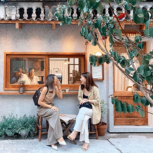 Quán cà phê phong cách Hàn, Hà NộiNằm trong một con ngõ nhỏ ở phố Đặng Văn Ngữ, quán cà phê Maison De Éte gây ấn tưởng bởi phong cách nhẹ nhàng và đẹp mắt. Đây hiện là điểm check-in hút khach ở Hà Nội. Đẩy cánh cửa gỗ bước vào bên trong, thực khách sẽ cảm nhận được sự ấm cúng bởi các vật dụng trang trí bằng gỗ và ánh đèn vàng.Quán có diện tích nhỏ, có chỗ ngồi gần quầy pha chế. Nơi nàycòn làmcác loại đồ uống không đường để phục vụ những ai không thích ăn ngọt. Giá dao động từ 50.000 đồng. Ảnh: @heominhon.