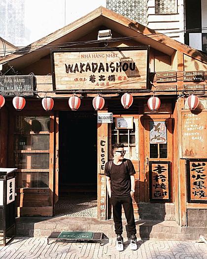 Phố Nhật, Sài GònCỏn hẻm nhỏ trên đường Lê Thành Tôn, quận 1 vốn được biết đến là nơi tập trung đông người Nhật sinh sống và làm việc. Đây cũng là lý do nơi này xuất hiện nhiều nhà hàng, spa... mang đậm chất Nhật Bản. Đến đây, bạn có thể tìm thấy những món ăn đặc trưng từ xứ sở mặt trời mọc như mì ramen, sashimi, bánh takoyaki, sushi... Không chỉ thế, với người yêu thích chụp ảnh thì đây là địa chỉ lý tưởng bởi những cửa hàng tại đây được trang trí rất đẹp. Khu phố nhỏ cáng trở nên sầm uất vào buổi tối, khi ánh điện của các nhà hàng, quán bar bắt đầu thắp sáng.Ảnh: @lai.france.