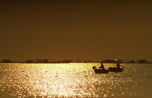 Hoàng hôn trên bờ Bình Sơn ảo diệu, lấp lánh. Vịnh Phan Rang mở tầm nhìn khoáng đạt, bình yên trong mắt du khách. Ảnh: Thịnh Vũ.