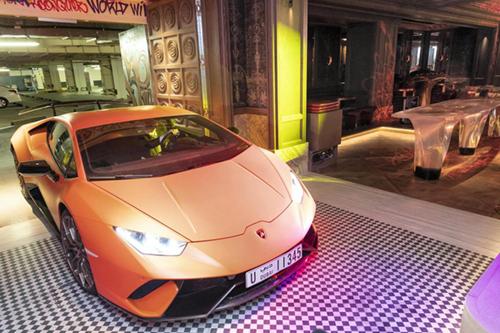 Khách lái siêu xe vào hộp đêm. Ảnh: FIVE Palm Jumeirah.