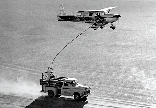 Bình nhiên liệu có thể chứa tới hơn 350 lít xăng, cần đổ đầy 2 lần một ngày và quá trình này được thực hiện 128 lần trong suốt hành trình. Ảnh:Airliners.