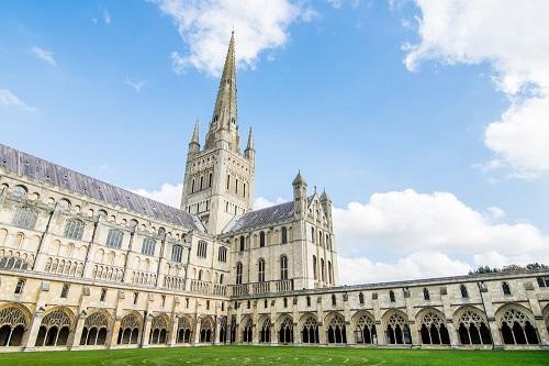 Thành phố Norwich vốn nổi tiếng với nhiều nhà thờ và quán Pub. Ảnh: Crazy Tourist.