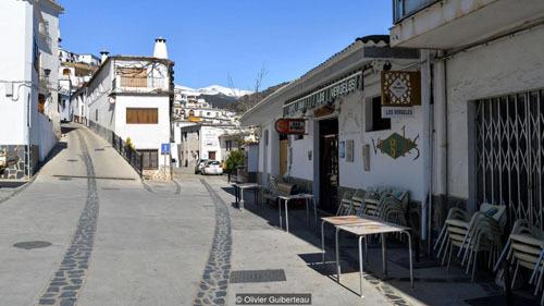 Toàn thị trấn đều sơn nhà màu trắng, với lối kiến trúc đơn giản. Ảnh: BBC.