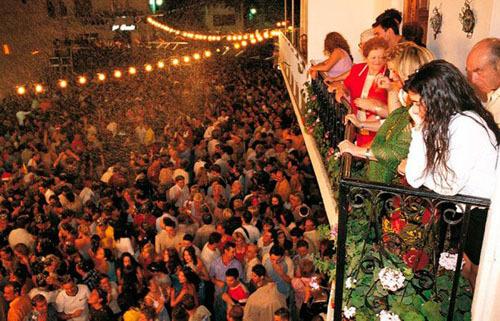 Người dân thị trấn rất nhiệt tình và niềm nở với khách du lịch, vì họ muốn mọi người đều có cảm giác như được đón năm mới ở nhà. Ảnh: El Mundo.
