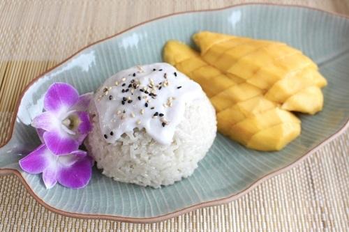 Xôi xoài (Khao niao mamuang)Không chỉ nổi tiếng tại Thái, Xôi xoài cũng đã có mặt tại rất nhiều nước.Thái Lan vốn rất nổi tiếng với các món đồ ngọt độc đáo. Đặc biệt là món tráng miệng làm từ các loại hoa quả trái cây nhiệt đới. Trong đó phải kể đến món xôi xoài nổi tiếng. Món ăn đơn giản này được từ xoài chín thái lát, xôi nếp dẻo cùng với mè và nước cốt dừa. Sự kết hợp tưởng chừng như đơn giản này lại tạo ra một mùi vị ngọt thanh và béo rất hấp dẫn. Món ăn này cũng là một trong những món ăn đường phố khá dễ tìm tại bất cứ nơi nào của Thái Lan. Ảnh: Ai Made It For You.