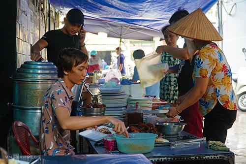 Quán cơm tấm 30 năm đông khách trong hẻm nhỏ Sài Gòn - ảnh 2
