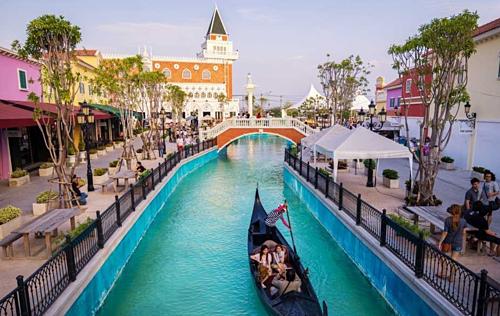Venezia Hua Hin là một khu trung tâm mua sắm theo chủ đề, lấy cảm hứng thiết kế từ thành phố Venice của Italy. Điểm nổi bật của khu vực mua sắm nằm là dòng chảy nhân tạo dài 200 mét mô phỏng lại kênh Grand của thành phố Venice. Khi đến đây ngoài việc mua sắm du khách có thể ngồi thả hồn tại các quán cà phê gần các cây cầu hoặc ngồi dạo quanh khu vực trên chiếc thuyền gondola. Giá vé vào cổng là 50 bath (khoảng 40.000 đồng). Ảnh: Packist.