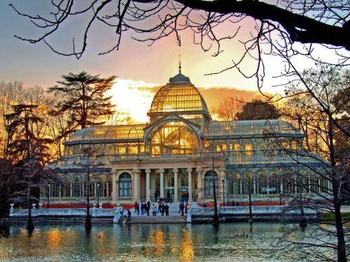 Thành phốMadrid (Tây Ban Nha) Là thành phố lớn nhất của Tây Ban Nha, Madrid có cuộc sống sôi động vềđêm, nền văn hóa đa dạngvớinhiều lễ hội như lễ hội Carnival hay lễ hội Moros y Cristianos. Đến đây du khách nên tham quan các địa điểm du lịch nổi tiếng như nhà thờ Catedral de la Almudena, cung điện Hoàng gia,quảng trường Puerta del Sol hay công viên Buen Retiro. Ảnh:Pinterest.