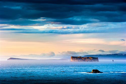 Đường bờ biển Bắc cực (Iceland)Khu vực này là nơi sản sinh ra những kỳquan thiên nhiên như thác nước khổng lồ và sông băng kì vĩ,tạo nên sức hút củaIceland. Đây cũng là nơi có vô số các hoạt động thể thao ngoài trời. Du khách còn có cơ hội ngắm nhìn động vật hoang dã và đắm mình trong những cuộc phiêu lưu kỳthú. Đường bờ biển Bắc Cực trải dài với nhữnghòn đảo và ngôi làng, vớirất nhiều phong cảnh đẹp để du khách trải nghiệm.Ảnh: Lonely Planet.