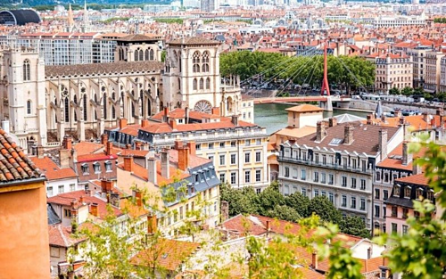 Thành phố Lyon (Pháp) Nằm ởmiền trung nước Pháp cách Paris khoảng 470 km về phía Nam, Lyonđược biết đến là quê hương của tơ lụa với ngành sản xuất và dệt phát triển rực rỡ. Lyon cũng là thành phố được UNESCO đề xuất là di sản thế giới với bề dày lịch sử,tập trung nhiều kiến trúc lâu đời. Điểm đặc biệt của thành phố này là hệ thống tranh tường đồ sộ với 150 bức tranh biến nơi đây thành kinh đô tranh tường của châu Âu.