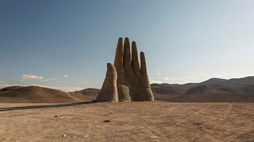 Nhiều người từng nghĩ họ gặp ảo ảnh khi nhìn thấy bàn tay xuất hiện giữa hoang mạc Atacama. Ảnh: CNN.