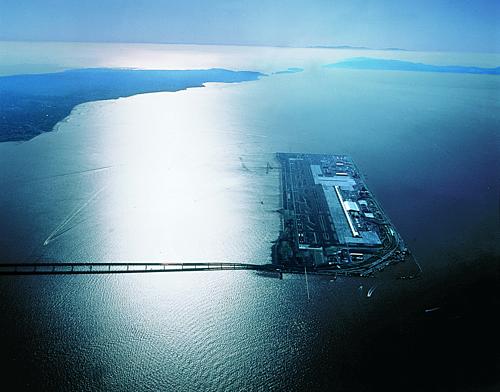 Sân bay Kansai đi vào hoạt động từ năm 1994 để giảm hành khách cho sân bay Osaka vốn quá tải lại không thể mở rộng, do nằm trong vùng đông dân cư của thành phố Toyonaka. Trên ảnh là hòn đảo nhân tạo đầu tiên, với nhà ga T1 của sân bay.Ảnh:Renzo Piano Building Workshop.