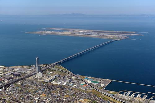 Cầu nối từ sân bay Kansai vào đất liềnlập kỷ lục cầu hai tầng dài nhất thế giới (3.750 m).Ảnh:Jtrip.