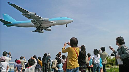 Tùy tình hình thời tiết, khách tham quan có thể tới gần những máy bay đỗ trên đường băng, ngắm phi cơ cất cánh và hạ cánh. Ảnh: Kansai Airport.