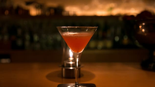Du khách không nên uống quá nhiều đồ tại quán bar. Ảnh: CNN.