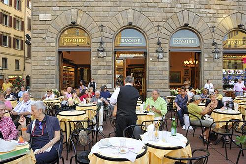 Du khách ngồi uống cà phê tại một quán lâu năm ở thành phố Florence. Ảnh: Lonely Planet.