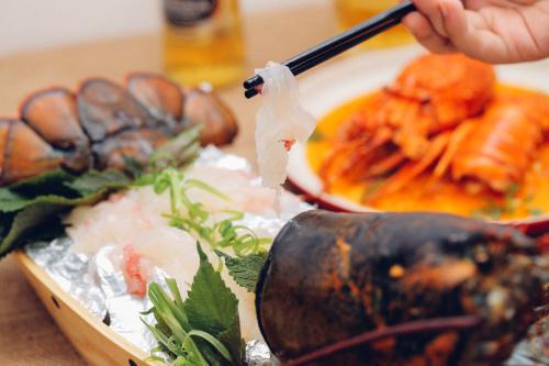 Món sashimi tôm hùm được nghệ sĩ Hồng Vân, Bảo Anh yêu thích - ảnh 1