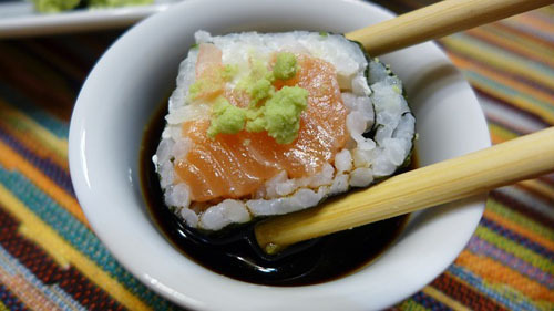 Khi ăn sushi hay sashimi, bạn không nên đổ thẳng nước tương lên món ăn. Hãy đổ vào một chiếc bát nhỏ, rồi dùng đũa nhúng từng miếng sushi vào trong bát.