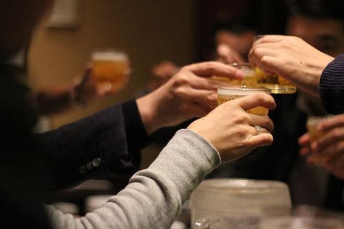 Nên rót bia, rượu đầy cốc cho những người xung quanh bạn. Và không nên uống cho đến khi những người ngồi cạnh nâng ly chúc mừng. Bạn cũng nên để ý đến cốc của những người ngồi cạnh, và nhớ rót đầy nếu thấy vơi.