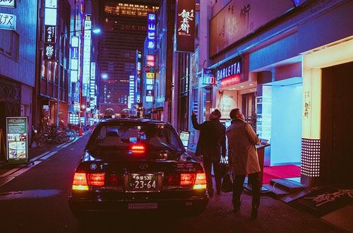 Khi đi taxi, bạn không nên chủ động mở cửa. Tài xế trong xe sẽ ấn nút tự động mở. Bạn hãy nhớ đóng cửa xe taxi khi xuống. Đôi khi, việc xuống xe và quên đóng cửa sẽ khiến tài xế tức giận.