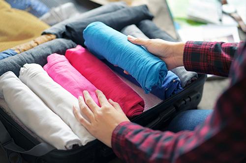 Cuộn quần áo sẽ giúp bạn tiết kiệm khoảng trống trong vali. Ảnh: Inewsfoto.