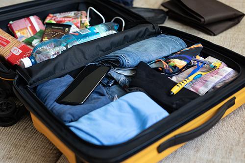 Cách sắp xếp hành lý hiệu quả sẽ giúp bạn tiết kiệm được nhiều thời gian mỗi khi sử dụng vali. Ảnh: montira areepongthum.
