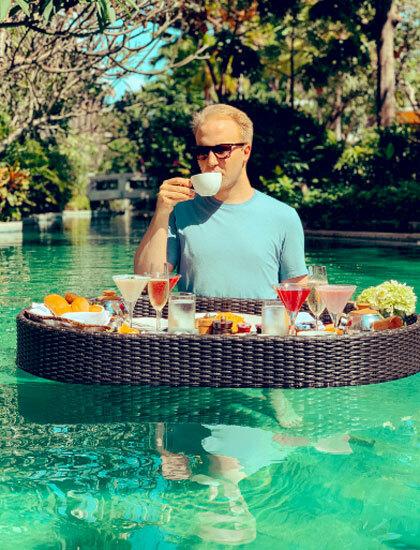Chuyên gia Hanson trong một kỳ nghỉ ở Bali. Ảnh: Twitter.