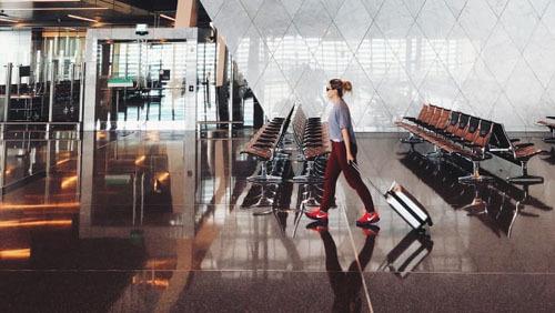 Nhiều người thích ra sân bay sớm 2-3 tiếng, thậm chí là nửa ngày vì ngồi ở nhà đợi cũng chẳng làm gì, và nhỡ đâu giữa đường xe gặp trục trặc lại không thể đến sân bay kịp giờ. Ảnh: CNN.