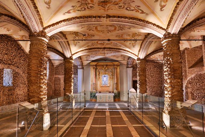 Nhà nguyện làm từ 5.000 bộ xương người ở Bồ Đào Nha