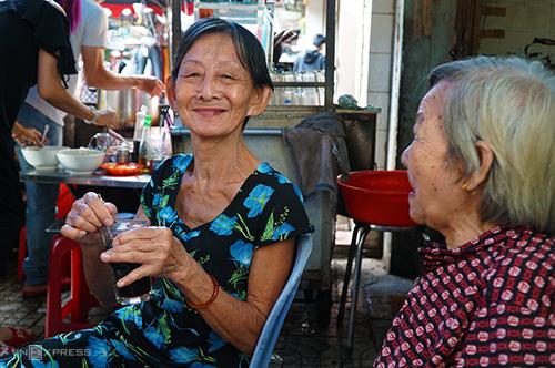 Bà Ngọc (65 tuổi, áo xanh)là khách của quán từ khi còn là một thiếu nữ. Ảnh:Phong Vinh.