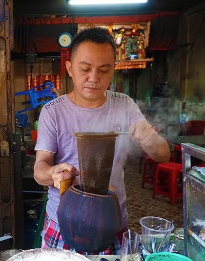 Anh Hùng tự tay chế từng mẻ cà phê bằng chiếc vợt quen thuộc. Ảnh:Phong Vinh.
