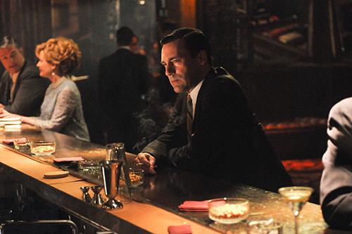 Nhiều cô gái trẻ thường bị hấp dẫn bởi những người đàn ông lịch lãm, ngồi yên lặng nhâm nhi đồ uống một mình tại các quán bar. Ảnh: GQ.