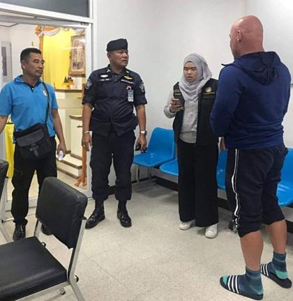 Roger (áo xanh, ngoài cùng bên phải) tại đồn cảnh sát Thái Lan sau khi xảy ra va chạm với nam du khách Anh. Ảnh: Metro.
