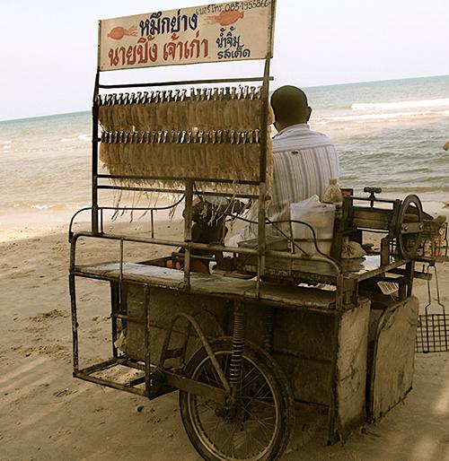 Xe bán hàng rong trên bãi biển Hua Hin. Ảnh: Pathannay.