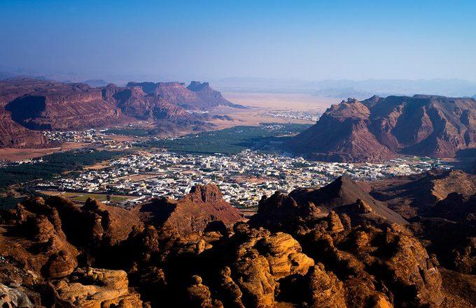 Vết cắt bí ẩn chia đôi khối đá hàng nghìn năm tuổi ở Arab Saudi