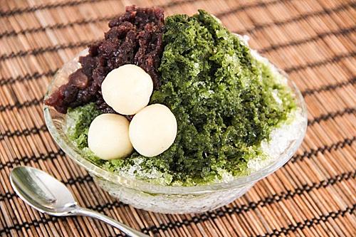 Kakigori (Nhật Bản)Khác với sự cầu kỳ trong cách bày trí và nguyên liệu của kem gelato, kakigori hay còn gọi là (đá bào) thu hút mọi người bởi vị ngọt béo nhưng lại thanh mát và không làm người ăn ngán khi ăn nhiều. Thú vị hơn món kakigori rất dễ chế biến và không phức tạp. Để có được món kem đá bào Nhật, bạn dùng máy xay nhuyễn và mịn đá sau đó rưới một ít sữa đặc để làm ngọt đá bào sau đó có thể cho thêm siro trà xanh hay trái cây để tạo hương vị cho món kakigori. Món kem này xuất phát từ thế kỷ thứ 11 khi đó đá được bào bằng dao và cho vào tô ăn với nhựa cây ngọt và các loại mật được làm từ một số loại hoa. Ảnh: The Spruce Eats.