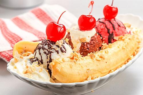 Banana Split (Mỹ):Nhiều món kem mềm của xứ sở cờ hoa đã là món không thể thiếu trong các menu của các nhà hàng kem nổi tiếng khắp thế giới như món hot fudge sundae (kem mềm rưới sốt chocolate), brownie sundae (kem sundae ăn kèm với bánh brownie và sốt chocolate) và banana split còn gọi là kem (thuyền chuối).Để làm được món kem này khá đơn giản, chỉ cần xẻ dọc trái chuối cho 3 kem viên sundae hương vani hay tùy theo sở thích vào giữa và topping bằng lớp kem mềm, trái cherry đỏ cùng sốt chocolate. Món này được ông David Stricker sáng tạo ra vào năm 1904 ở Pennsylvania vào năm 1904.Ảnh: The Spruce Eats.
