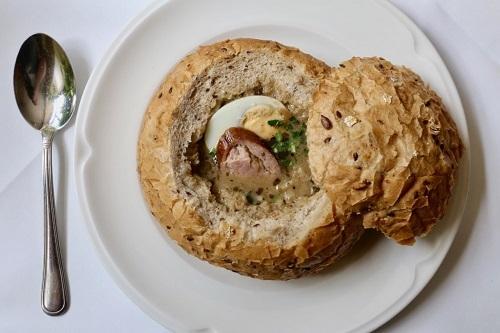 Zurek: Đâylà loại soup chua truyền thống không thể thiếu trong bữa ăncủa người Ba Lan. Nguyên liệu chínhlà lúa mạch đen, bột nấm, khoai tây, xúc xích và trứng luộc được lên men. Vị chua kích thích vị giác của soup là từ hương vị hòa quyện của trứng lên men. Đặc biệt món ăn được cho vào ổ bánh mì tròn được khoét rỗng thành tô để giữ nóng và làm tăng hương vị cho soup.Ảnh:Dobbernation Love.