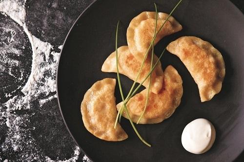 Pierogi Ruskie (bánh bao Ba Lan):Vốn là một món ăn có nguồn gốc từ Nga du nhập vào Ba Lan trong thời kỳ Trung cổ. Món ăn dần được biến tấu để phù hợp với khẩu vị người dân bản địa. Pierogi Ruskie có hình dạng giống với hoành thánh của Trung Quốc với lớp vỏ ngoài làm bằng bột mì không men. Nhân bánh có thể mặn hoặc ngọt, các loại nhân thường thấy là khoai tây, cá muối và trái cây. Đôi với người Ba Lan món Pierogi sẽ được làm với nhân thịt và bắp cải và nấm.Ảnh:Great British Chefs.
