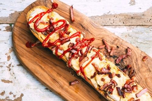 Zapiekanka:Đâylà một món ăn đường phố tại Ba Lan, Zapiekankara đời từ những năm 1970. Cách làm một ổ bánh mì zapiekanka khá đơn giản bao gồm một lát bánh mì với pho mát và nấm cùng với số nguyên liệu bánh sandwich truyền thống (hành tây, ớt, thịt nguội, xúc xích), và nướng cho đến khi pho mát tan chảy.