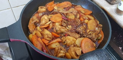 Jjimdak: Món ăn được chế biến bằng cách hầm thịt gà, hành tây, khoai tây, cà rốt, ớt, mì trộn cùng các loại gia vị khác. Điểm đặc biệt của món này nằm ở sốt cay đặc trưng (vốn đặc trưng làm từ siro ngô, dầu đậu nành, đường, hạt tiêu và tương ớt gochujang). Để thưởng thức được món ngon Jjimdalk bạn có thể lại các nhà hàng nổi tiếng với món này như nhà hàng Andong và Bongchu.Ảnh: Maangchi.